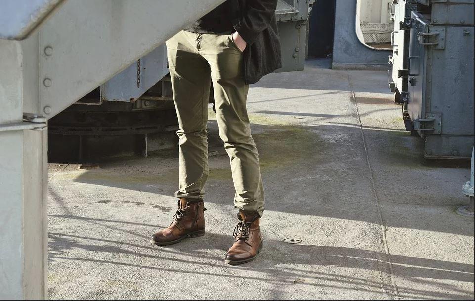 Un pantalon chino pour homme