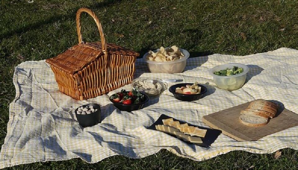 Un panier pique-nique pour repas en plein air