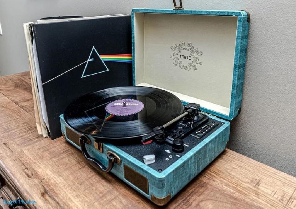 Platine tourne-disque et ses vinyles